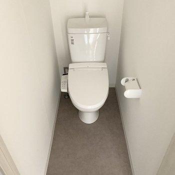 おトイレはユーティリティの対面に。ゆったり空間が嬉しいですね。