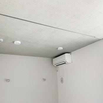 1Rですが、このカーテンレールでお部屋を仕切ることが可能◎ベッドルームを作ったり、作業スペースにしたり……