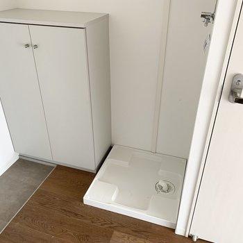 洗濯機置場はおトイレのお隣に。