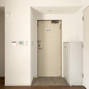 室内の最後はキッチンとユーティリティ間の玄関を。