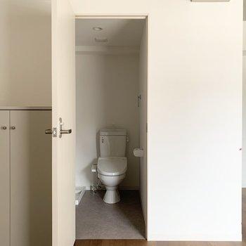 水廻りはキッチンのお向かいに。ドアの正面はまずおトイレ。