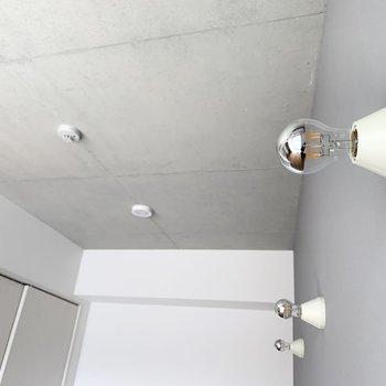 壁に付いたライトが素敵◎どんな光を放ってくれるのでしょうか。