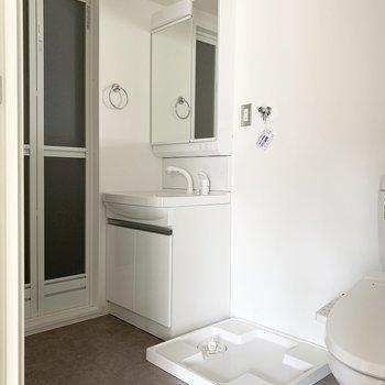 奥に洗濯機置場、シャンプードレッサー、浴室が続きます。