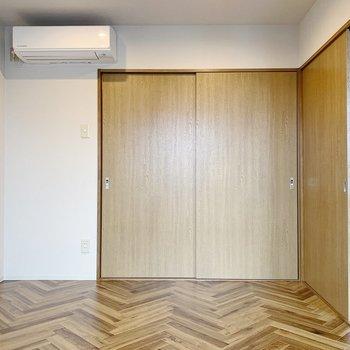【洋室4.5帖】ここは個人部屋にしようかな。エアコンつき!
