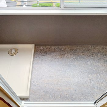 窓際にサンルームです!洗濯機もこちらに。