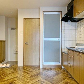 【ダイニング・キッチン6.0帖】ヘリボーンの床がやはりステキ。ちょっぴりマリンな雰囲気です◎