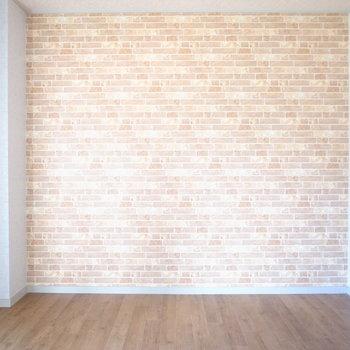 レンガ風のアクセントクロス!白い壁も相まって、外国のような雰囲気です。
