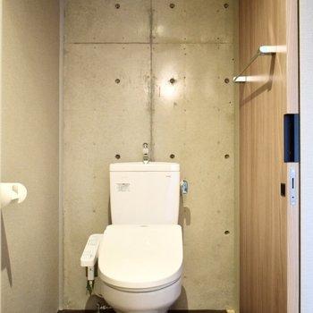 トイレも脱衣所内に。お掃除はこまめにどうぞ!