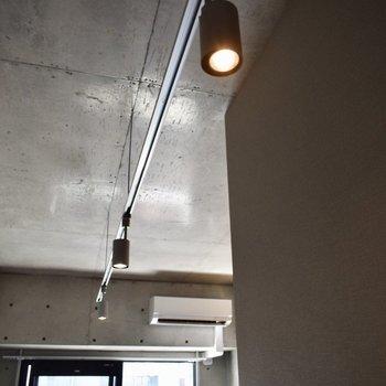 スポットライトがカフェのような雰囲気…エアコンつき!