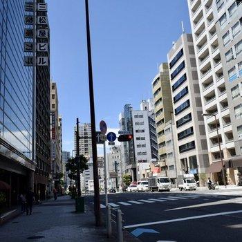 駅までは大通り沿いをまーっすぐ。そのまま駅をこえてまっすぐ行くと松屋町につきますよ。
