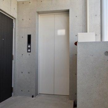 真っ白のエレベーター、透明感あっていいなぁ!!