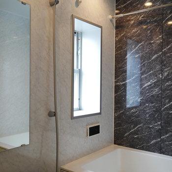 浴室は窓あって明るい! (※写真は6階の反転間取り別部屋のものです)