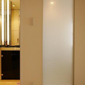 通路から浴室の明かりがほんのりわかります (※写真は6階の反転間取り別部屋のものです)