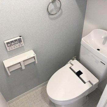 淡いブルーが落ち着く空間、ボタンが壁付けなのもイイね!