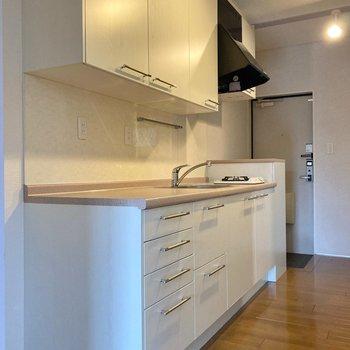 白でまとまった、清潔感のあるキッチン。