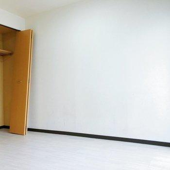 【洋室】こちらは寝室として。