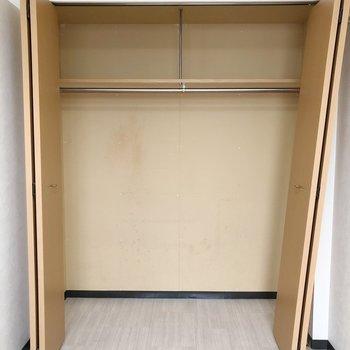 【洋室】クローゼットは充分な容量。物が多い方でも安心。