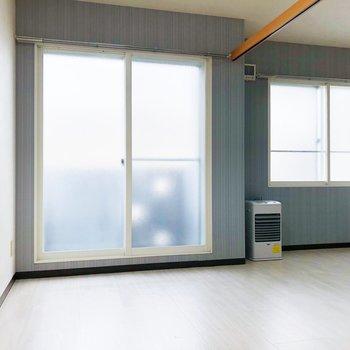 【洋室】北東向きですが、窓が大きいので優しい日差しを浴びられます。