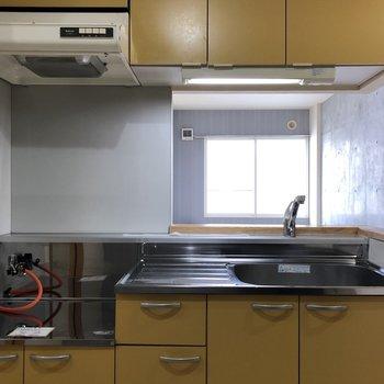 収納スペースもしっかりあるキッチン。引き出しはちょっとした小物を入れておけるので、あると嬉しいですよね。