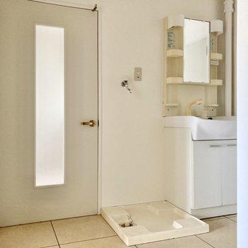 玄関開けるとすぐ水回り。独立洗面台もあります。