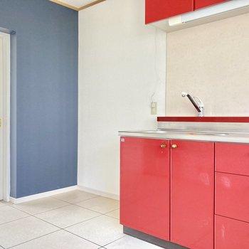 キッチン横に冷蔵庫は置けます。