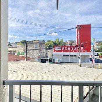 眺望はお隣さんの屋根やコンビニの駐車場。
