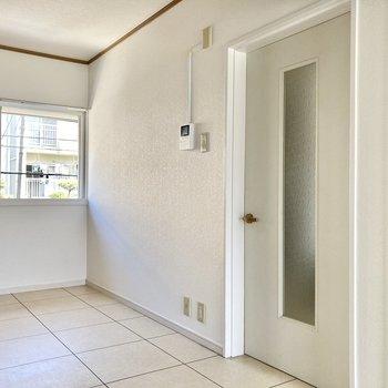 こちらの壁側にダイニングセットを置いて、朝食をいただきたい気分...!
