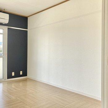 【洋室1】リビングルームとして使いたいナチュラルなお部屋です。