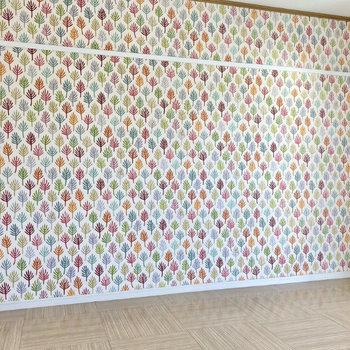 【洋室2】カラフルな木の壁紙が印象的!