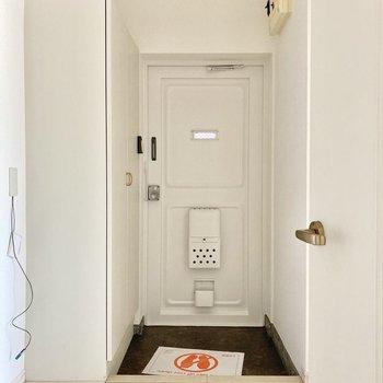 玄関もオフホワイトタイル、白の壁紙で統一されていて清潔感があります!