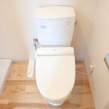トイレはウォシュレット付き。(※写真は2階同間取り別部屋のものです)
