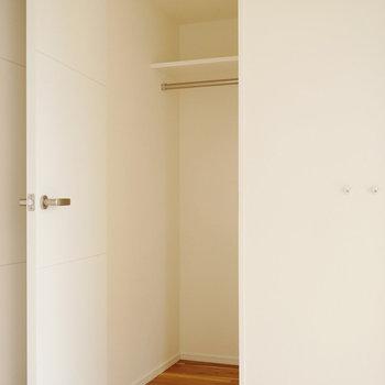 玄関から入って左側にも収納あり(※写真は2階同間取り別部屋のものです)