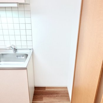 冷蔵庫置き場はキッチンの右手に。(※写真は1階の同間取り別部屋のものです)