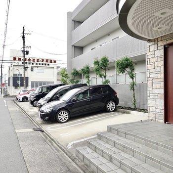 エントランスの左手は駐車場。奥にも続いています。