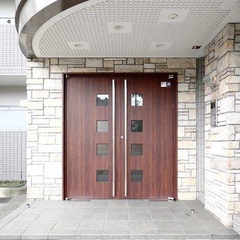 エントランスは安心のオートロック付き◎木目のドアが素敵。