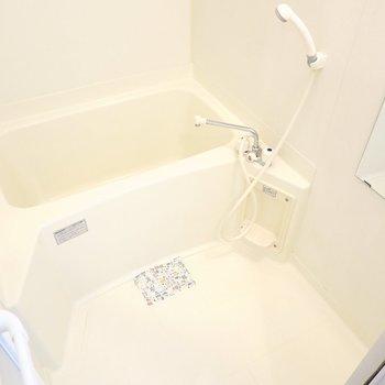 お風呂はシンプルですがとっても綺麗にされていたので、気持ち良く使えそうです。(※写真は1階の同間取り別部屋のものです)