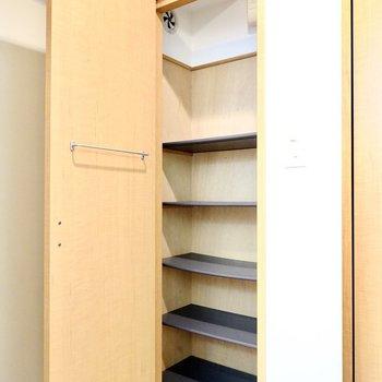 天井まで高さがあります。扉の内側にはバーがついているので、傘掛けにもなります。(※写真は1階の同間取り別部屋のものです)