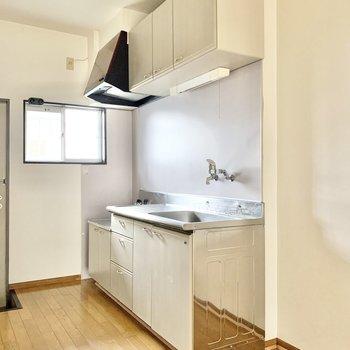 【LDK】キッチン側に窓が付いています。