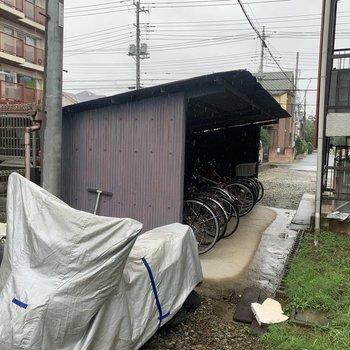 屋根付きの自転車置き場がありました。