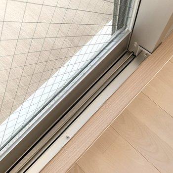 ペアガラスで音と温度環境に配慮◎ベランダもウッド調で室内の延長感があります。 (※写真は6階の同間取り角部屋のものです)