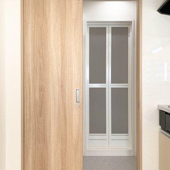 キッチンの奥は水廻りに繋がっています。 (※写真は6階の同間取り角部屋のものです)