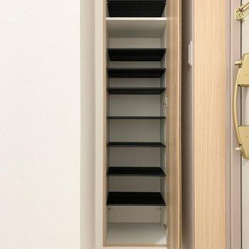 シューズボックスは1段に2足くらいのサイズ感の可動棚。 (※写真は6階の同間取り角部屋のものです)