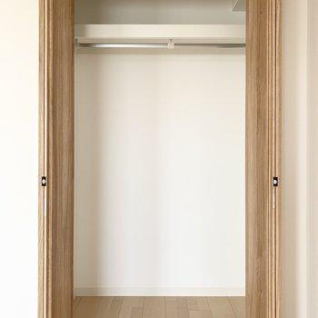 【洋4.5】収納内はハンガーパイプ付のクローゼットです。 (※写真は6階の同間取り角部屋のものです)