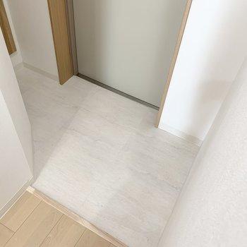 ちょっと変形な玄関です。 (※写真は6階の同間取り角部屋のものです)