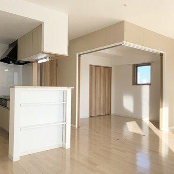 新築ピカピカの優しいカラーリングが素敵なお部屋です。 (※写真は6階の同間取り角部屋のものです)