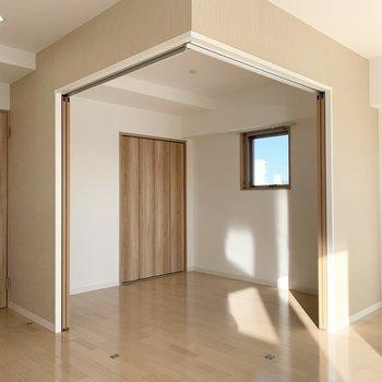 引戸の奥には洋室が。 (※写真は6階の同間取り角部屋のものです)