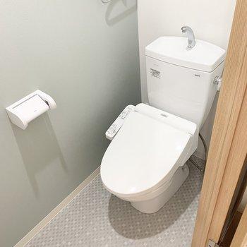 おトイレはユーティリティのお隣に。アクセントクロスが素敵な空間◎ (※写真は6階の同間取り角部屋のものです)