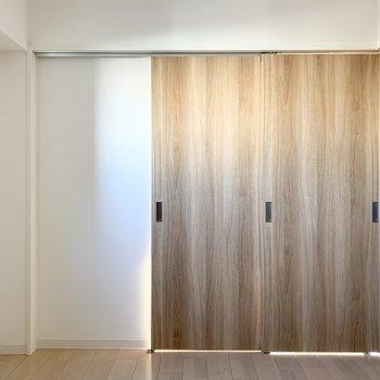 【洋4.5】ドアを閉めると独立した4.5帖の空間に。 (※写真は6階の同間取り角部屋のものです)