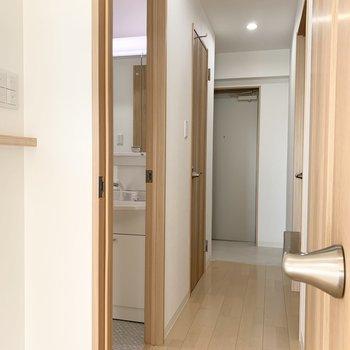 実はユーティリティはキッチンと廊下の2アクセスなんです。 (※写真は6階の同間取り角部屋のものです)