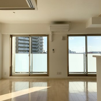 大きな掃き出し窓の外は空が広く気持ちがいいです◎ (※写真は6階の同間取り角部屋のものです)